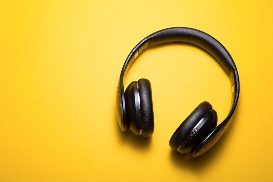 How do noise cancelling headphones work? A headphone on a table